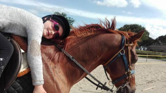 Castrone Quarter Horse Tabasco Jac Jetn con bambina rilassata